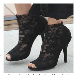 VC SIGNATURE Vince Camuto lace heel bootsies